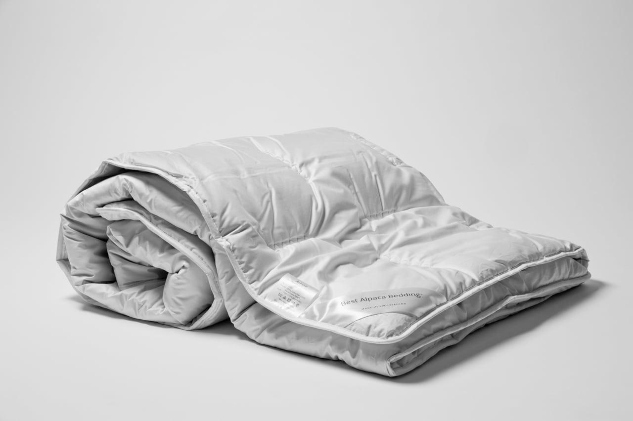 Schlafzimmer Hellgrn | alpakafaser duvet aufgerollt
